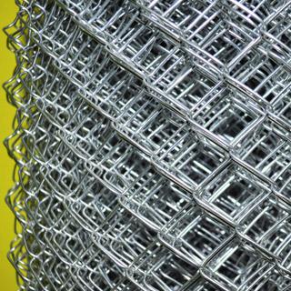 Сетка рабица в Самаре от производителя, с загнутыми с двух сторон краями. Упакована в бумагу. Произведена на новейшем немецком оборудовании, имеется сертификат.